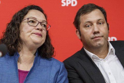 Dieses Foto, von der eben begonnenen SPD-Vorstandssitzung in Berlin, liefern wir nach. Parteichefin Nahles und Generalsekretärin ist anzusehen: Bei den Sozialdemokraten sitzt der Frust tief. Klingbeil wird übrigens um 14 Uhr noch vor die Presse treten und sich äußern. Es dürfte gespannt sein, was er dann zum Abschneiden der SPD in Bayern zu sagen hat.