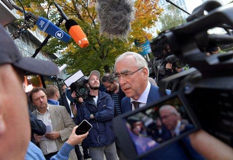 """Der CSU-Ehrenvorsitzende Theo Waigel bewertet den Wahlabend folgendermaßen: Das Ergebnis sei """"sicher das schlimmste seit Jahrzehnten"""", sagte Waigel. """"Es bedingt eine Überlegung hinsichtlich der Neuausrichtung, inhaltlich und strategisch."""" Einen weiteren Rechtsruck der CSUinRichtung AfDlehnte er ab. In der Sitzung kritisierte Waigel nach Angaben von Teilnehmern zudem explizit die """"Anti-Merkel-Stimmung"""" in der CSU. Es sei nicht hilfreich, zumal die CSUder Regierung unter Führung von Kanzlerin Angela Merkel (CDU)angehöre. Die Krise in der CSU habe letztlich bereits vor vier Jahren bei der Europawahl begonnen, """"die Doppelstrategie hat uns nicht genutzt"""", betonte Waigel. Waigel sieht einen Grund für die Wahlschlappe darin, dass die CSU sich zu wenig um bestimmte Milieus gekümmert habe, beispielsweise im kirchlichen Bereich. """"Auch im Bereich von Umwelt und Naturschutz haben wir dieKompetenz, die wir einmal hatten, zum Teil verloren."""""""