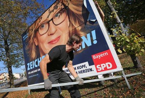 Während die Parteien sich noch mit der Analyse der Wahlergebnisse beschäftigten, werden in Bayern schon die Wahlplakate entfernt.