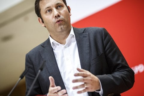 Die SPD will sich bei einer Klausur am 4. und 5. November damit auseinandersetzen, wie es zu dem verheerenden Wahlergebnis in Bayern kommen konnte. Nach der Bundestagswahl habe die SPD gezeigt, dass sie eine schonungslose Auswertung nicht scheue, erklärte Generalsekretär Klingbeil gerade bei einem Statement. In den nächsten zwei Wochen sollten die Wahlkämpfer in Hessen unterstützt werden.