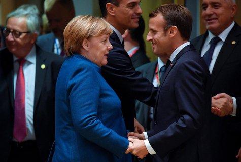 Der französische Präsident Emmanuel Macron versichert Merkel seiner Freundschaft und seiner Bewunderung. Sie habe sich vielen Herausforderungen wie der Flüchtlings- und Finanzkrise stellen müssen, sagt er in Paris.