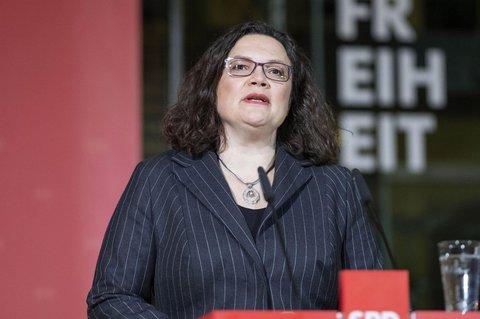 """SPD-Chefin Nahles befürchtet nach der Rückzugsankündigung von Merkel einen weiteren Richtungsstreit in der Union. Die SPD habe in der GroKo vieles durchgesetzt, sagte Nahles am Montagabend im ZDF. Das habe aber niemand mitbekommen - """"weil wir uns gestritten haben und es in der Union diesen Richtungsstreit gegeben hat und ihn ja auch offensichtlich noch weiter gibt."""""""