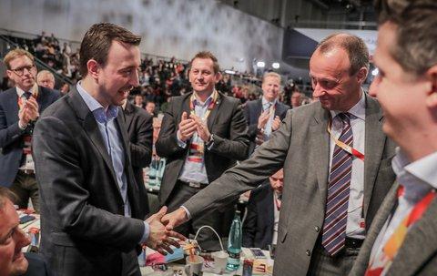 Auch Friedrich Merz gratulierte dem neuen Generalsekretär der CDU.Es gab Gerüchte, die Junge Union und damit Ziemiak habe Kramp-Karrenbauer in der Stichwahl zum knappen Sieg gegen Merz verholfen und Delegierte überzeugt.